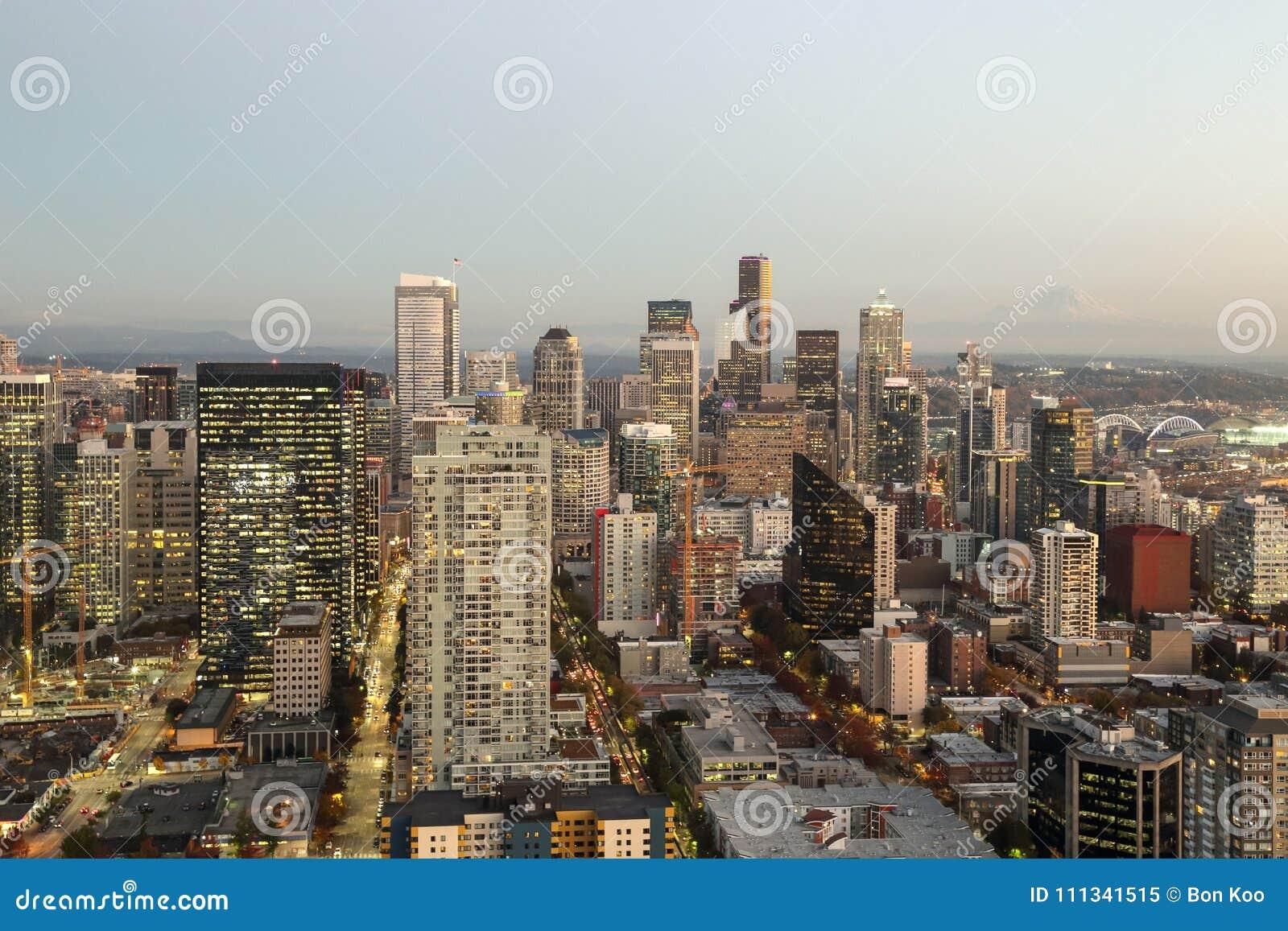 Μια άποψη πέρα από την αστική στο κέντρο της πόλης προκυμαία κτηρίων οριζόντων πόλεων κόλπων και του Σιάτλ του Elliott