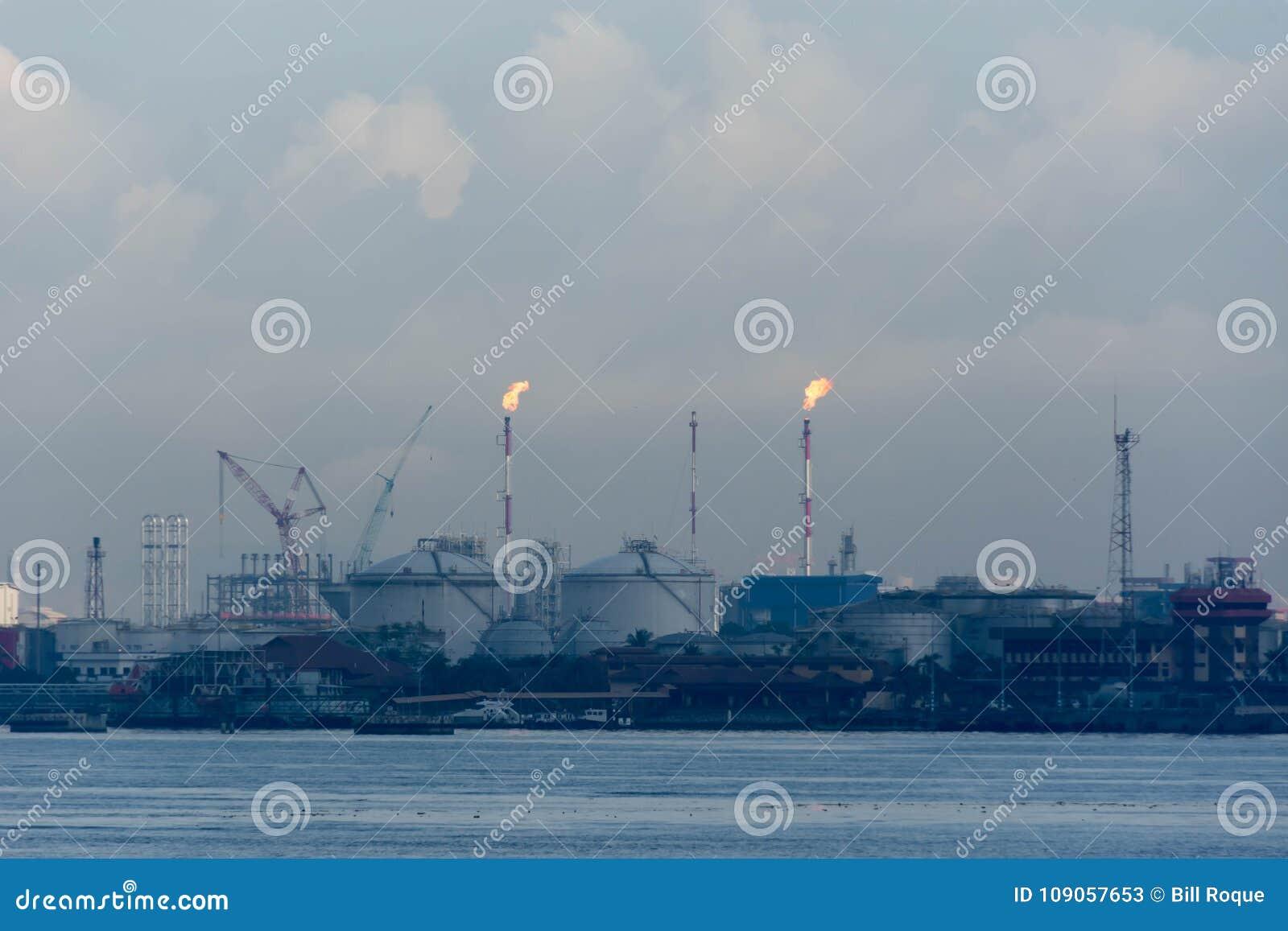 Μια άποψη της βιομηχανίας διυλιστηρίων πετρελαίου και των ωκεάνιων νερών που είναι patro