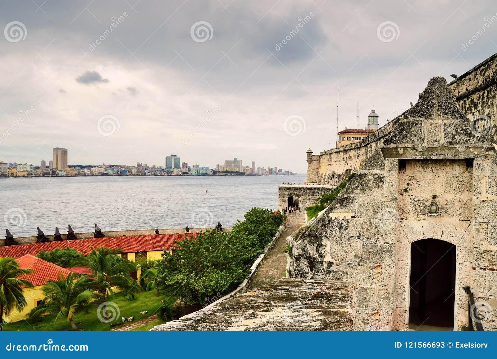 Μια άποψη του ιστορικού κέντρου της Αβάνας και του αναχώματος Malecon από το φρούριο της EL Morro, μέσω του στενού θάλασσας