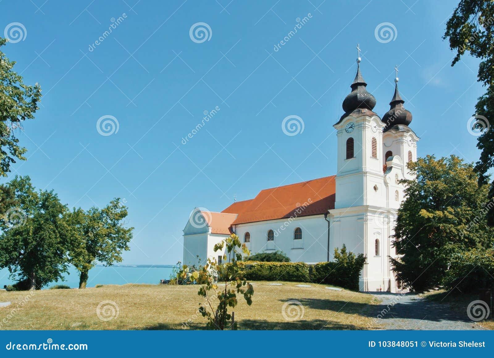 Μια άποψη του ιστορικού Benedictine μοναστηριού Tihany στο λόφο