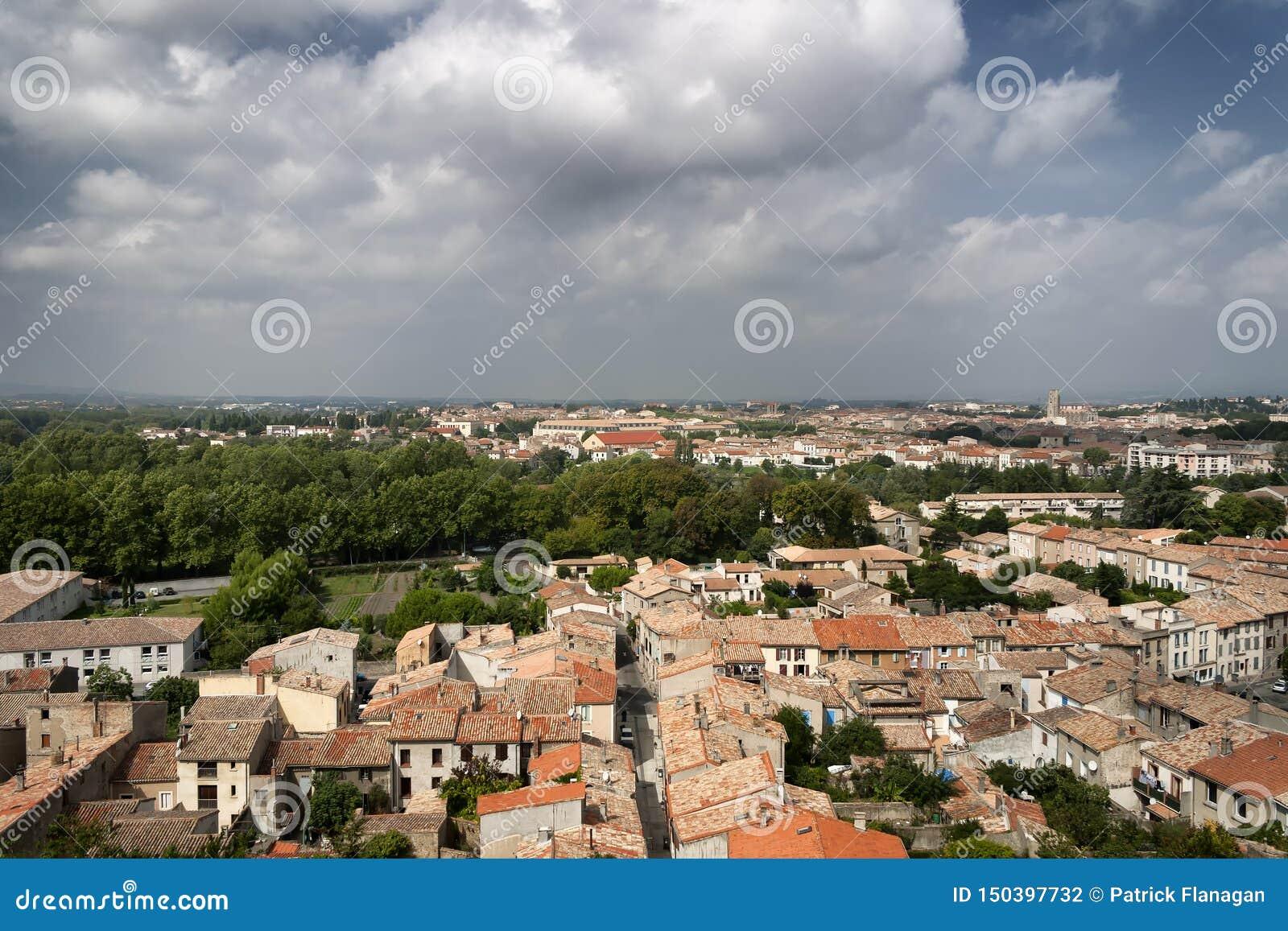 Μια άποψη των στεγών πέρα από μια γαλλική πόλη