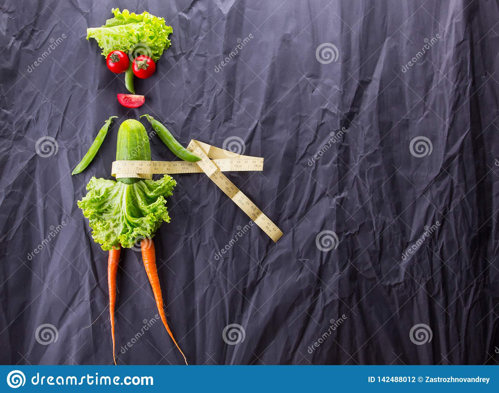 Μια έννοια τροφίμων του κοριτσιού με τα λαχανικά στο μαύρο υπόβαθρο εγγράφου Απώλεια βάρους και υγιής τρόπος ζωής Με το διάστημα