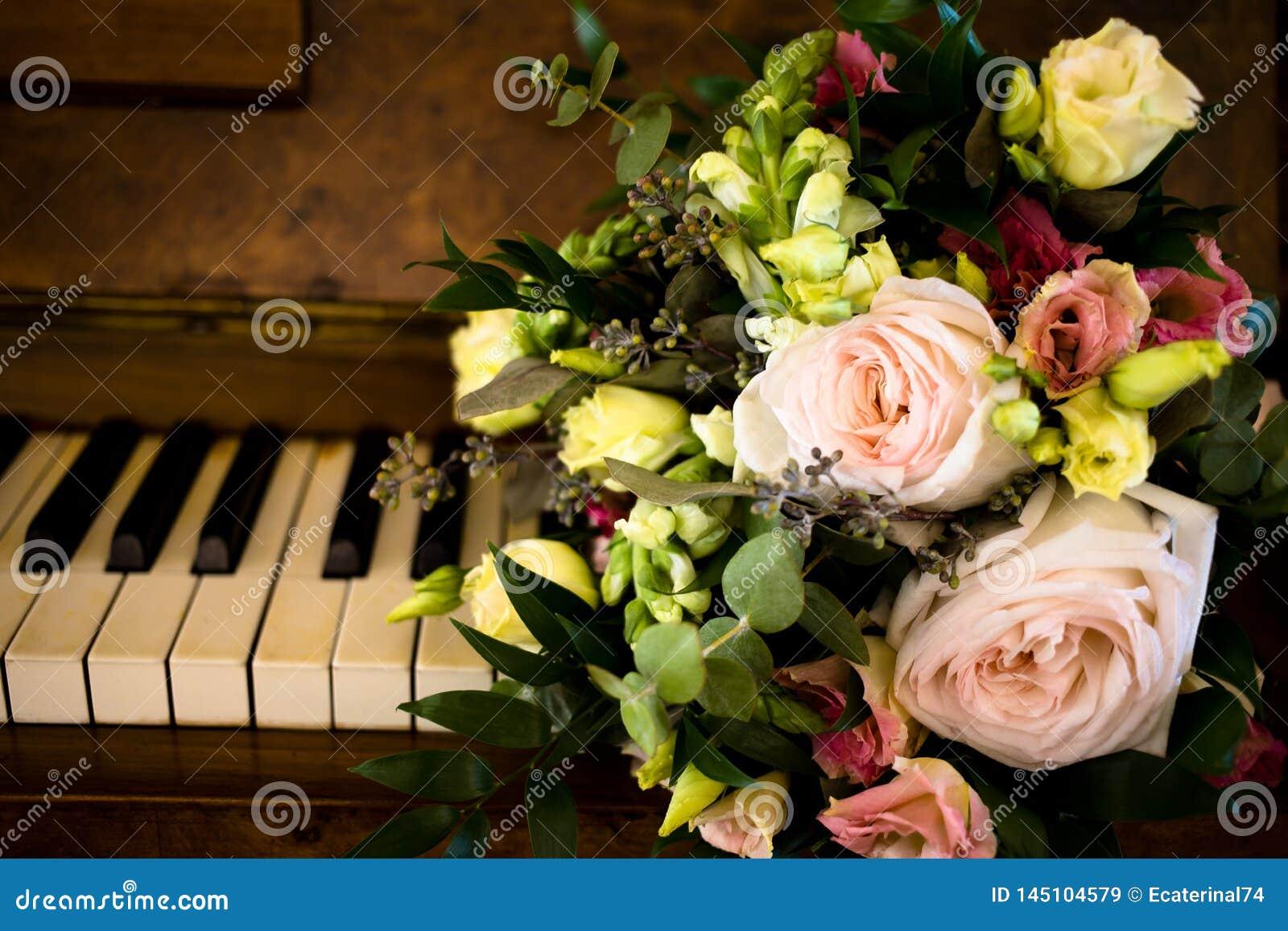 Μια ανθοδέσμη των λουλουδιών στα κλειδιά του πιάνου