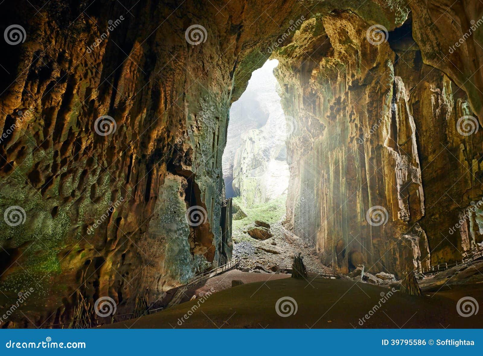 Μια από τις ομορφότερες σπηλιές του Μπόρνεο Gomantong.Malaysia