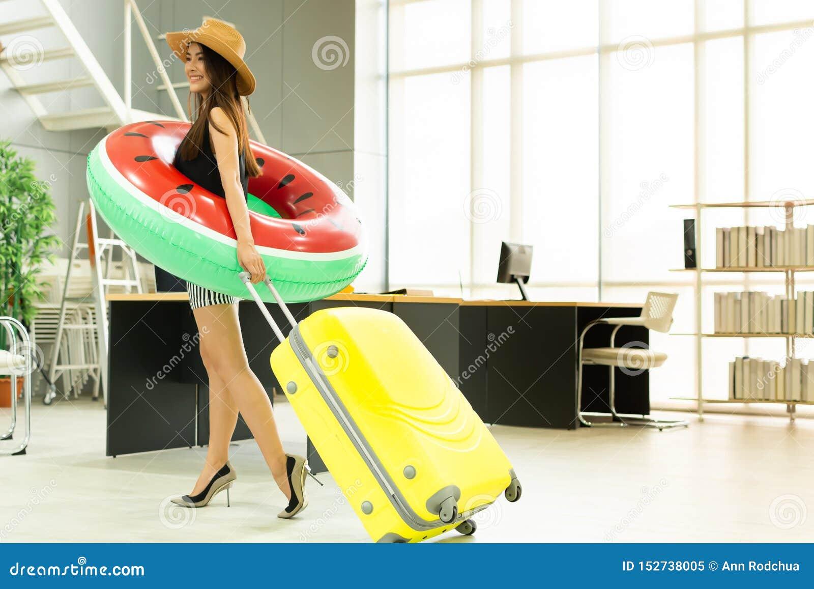 Μια ασιατική γυναίκα πρόκειται να ταξιδεψει για το καλοκαίρι