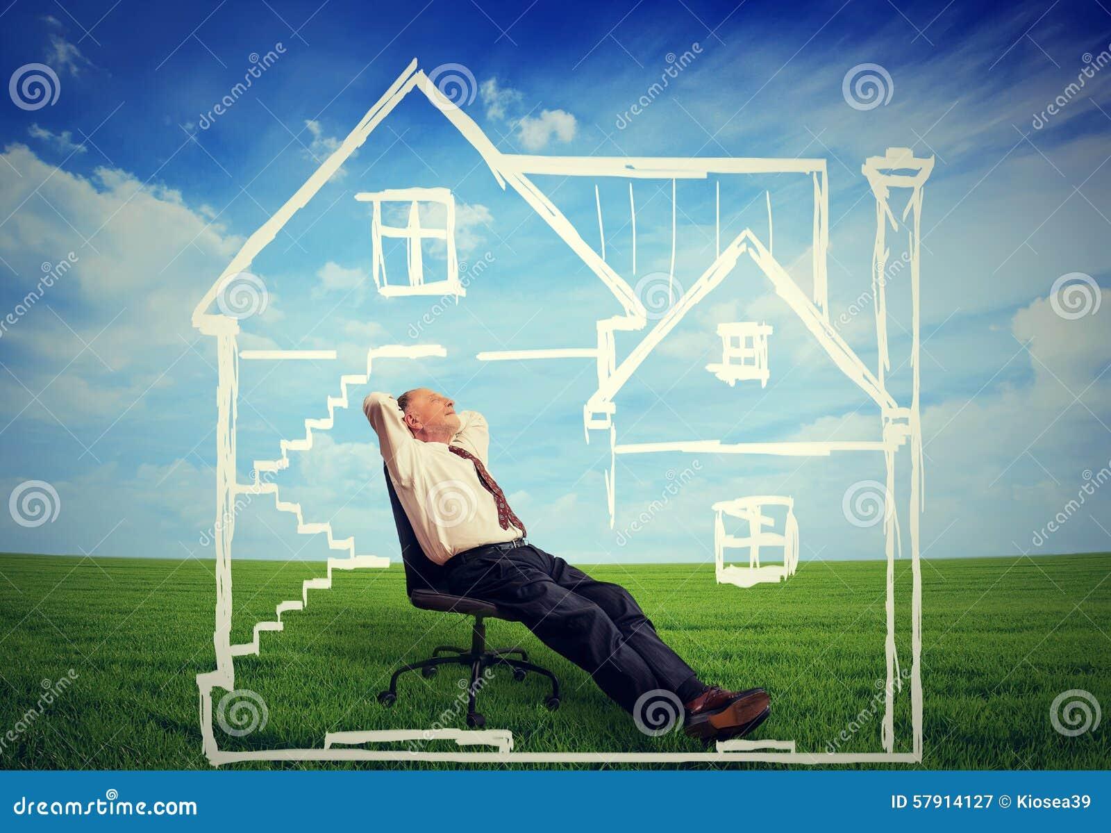 Μια ασφαλής κατοικία Ευτυχές άτομο που απολαμβάνει την ημέρα του σε ένα νέο σπίτι