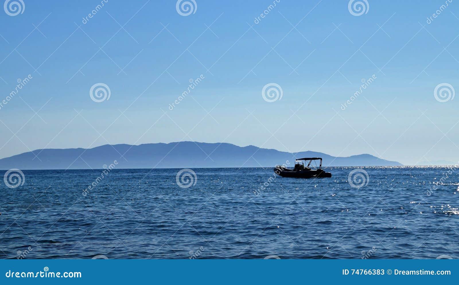 Μια βάρκα στη θάλασσα