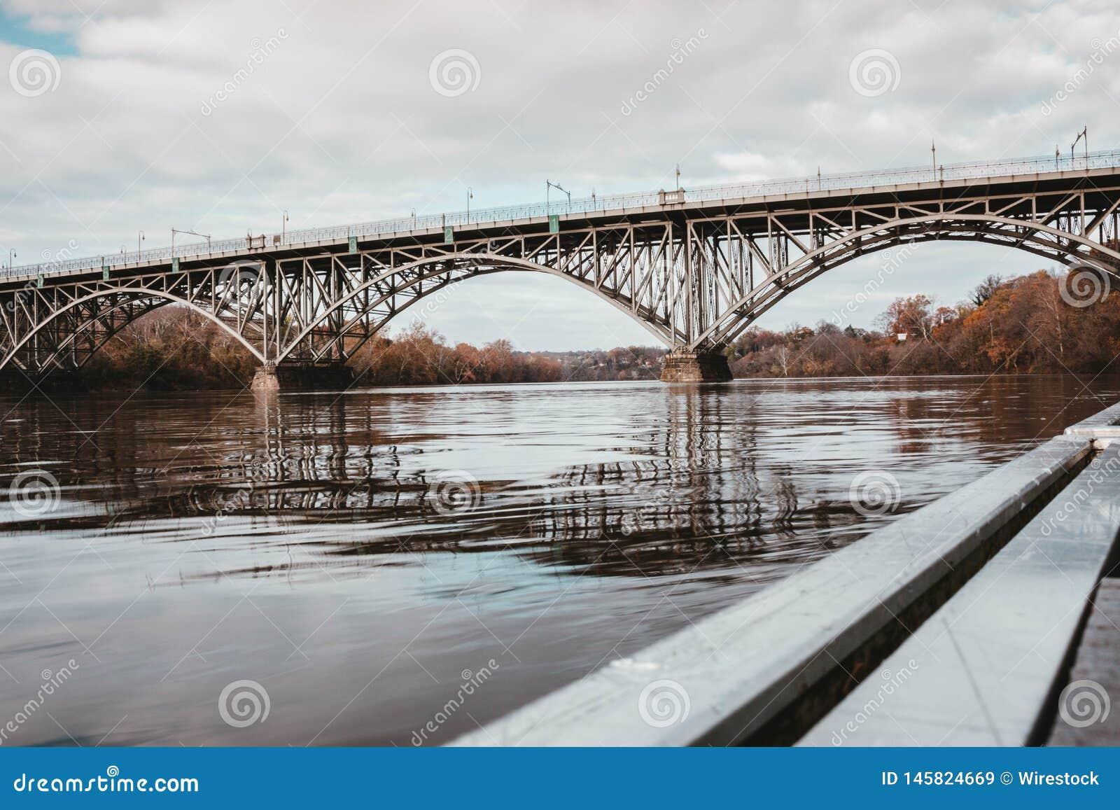 Μια γέφυρα χάλυβα πέρα από έναν ποταμό