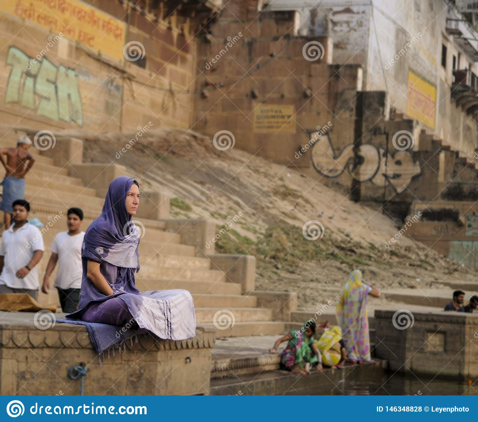 Μια γυναίκα κάθεται ήσυχα στο Γάγκη στα ξημερώματα