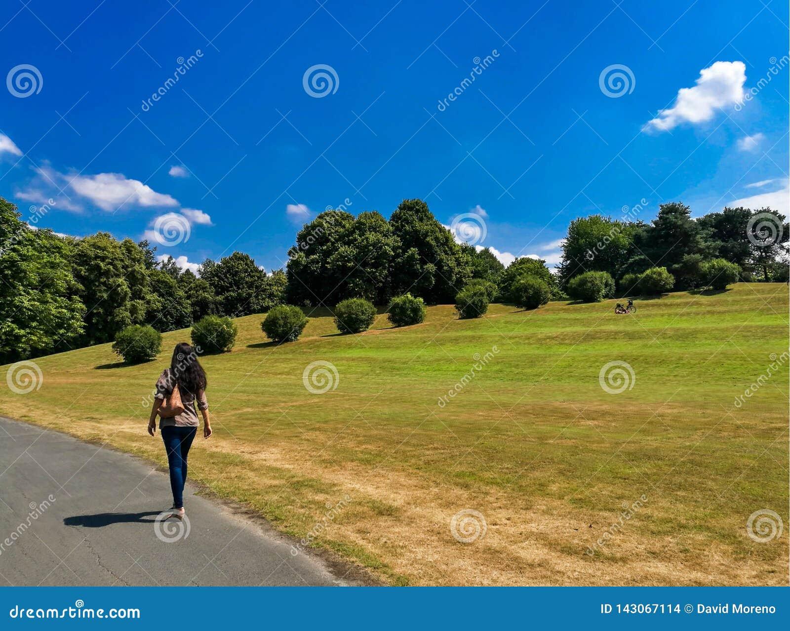 Μια γυναίκα που περπατά στο πάρκο Rheinaue της Βόννης