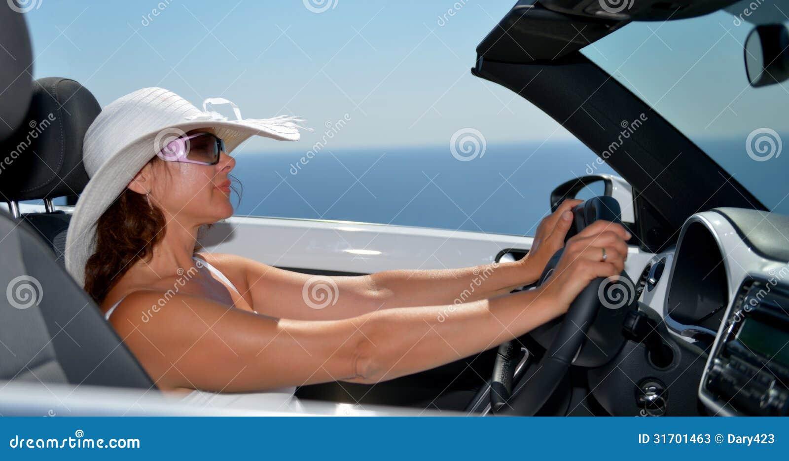 Μια γυναίκα σε ένα άσπρο αυτοκίνητο
