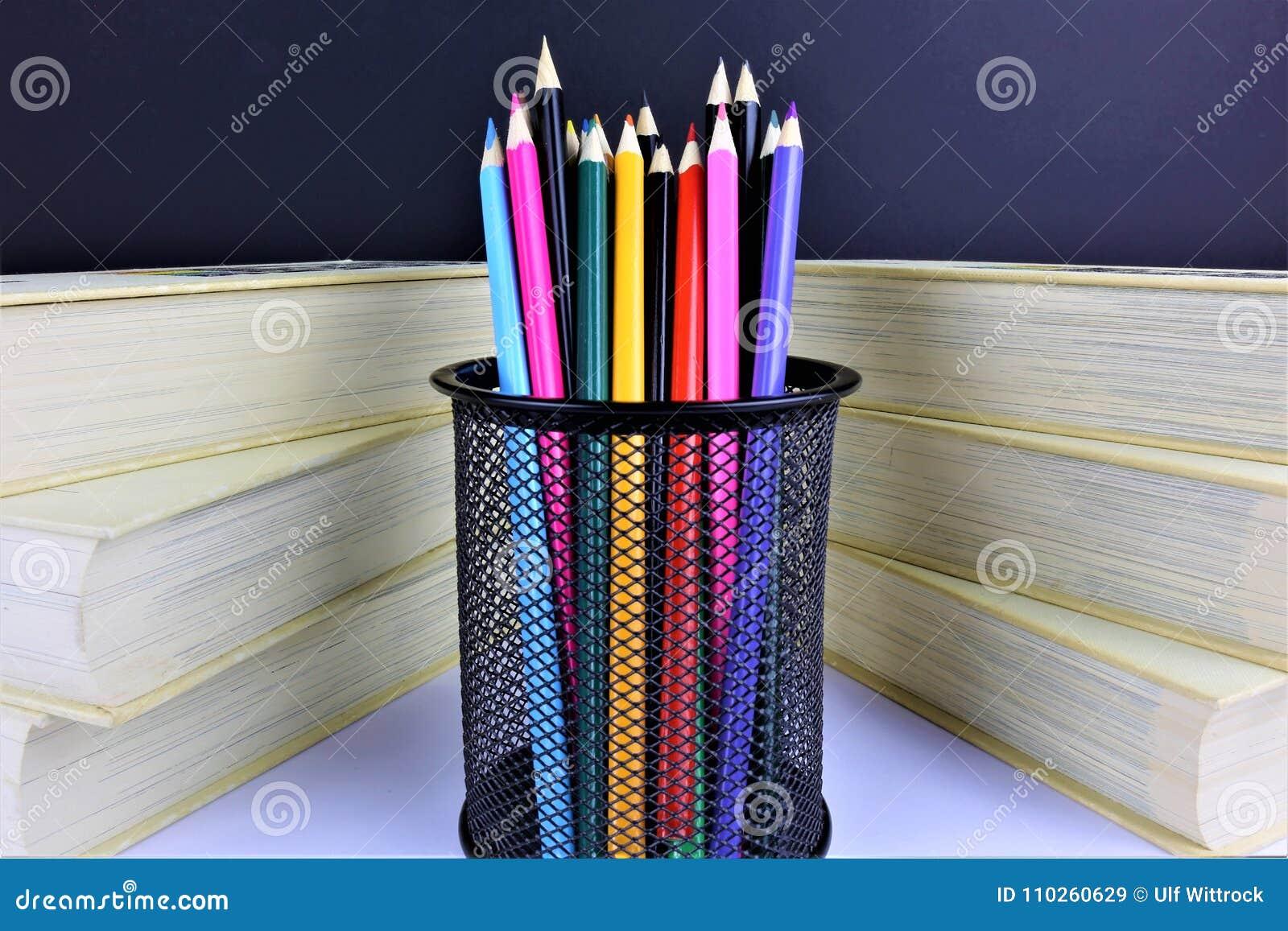 Μια εικόνα έννοιας μερικών ζωηρόχρωμων μολυβιών με μερικά βιβλία