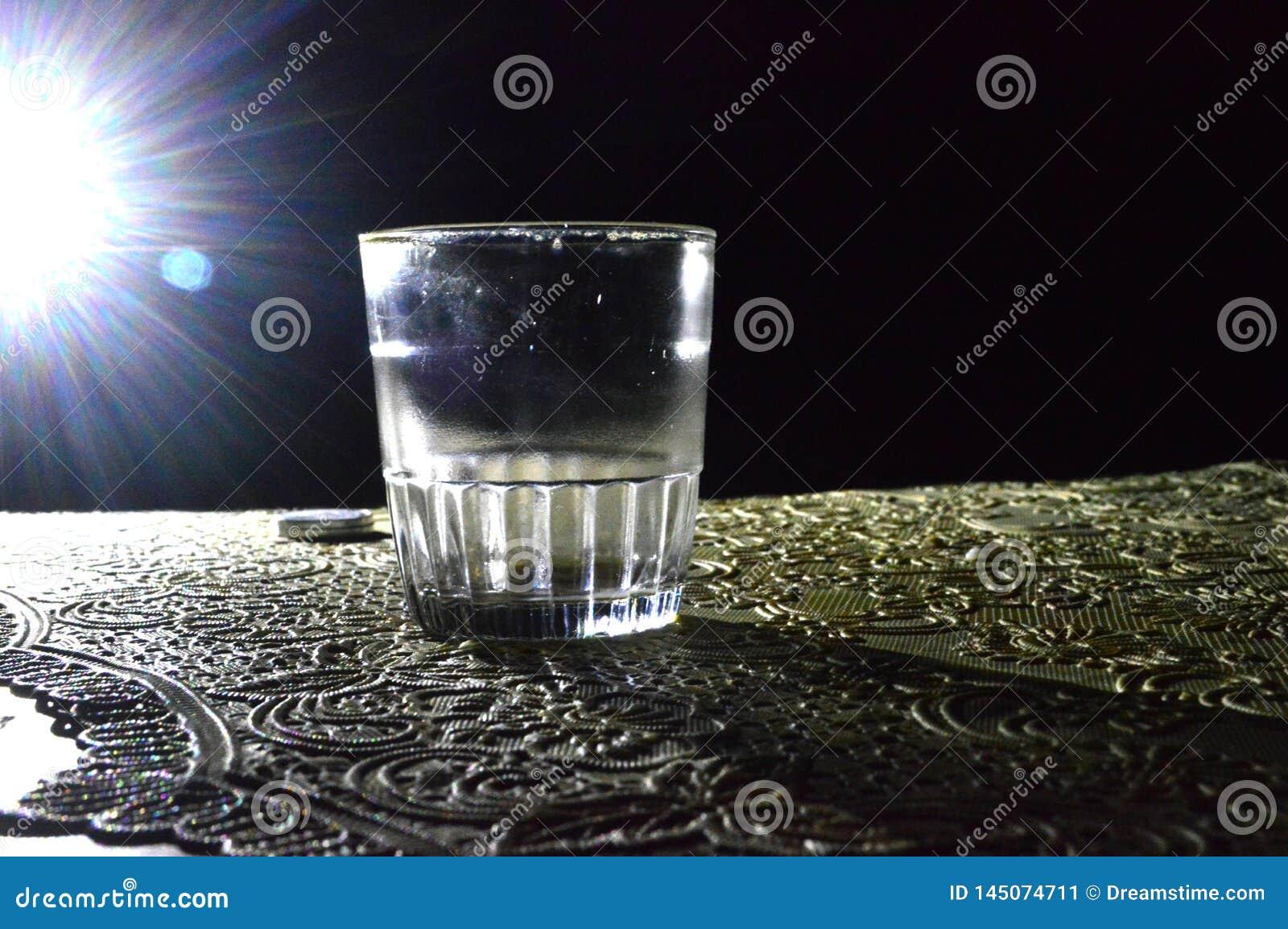 Μια εικόνα ενός γυαλιού στο σκοτάδι με λίγο φως