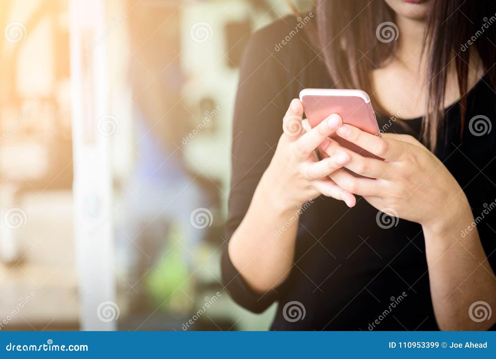 Μια επιχειρηματίας asain έχει τον έλεγχο του ηλεκτρονικού ταχυδρομείου στο κινητό τηλέφωνο για το wor