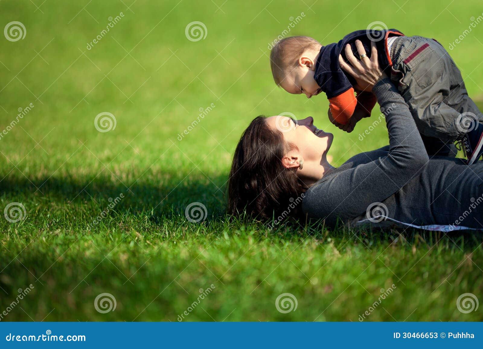 Μια ευτυχής οικογένεια. νέα μητέρα με το μωρό