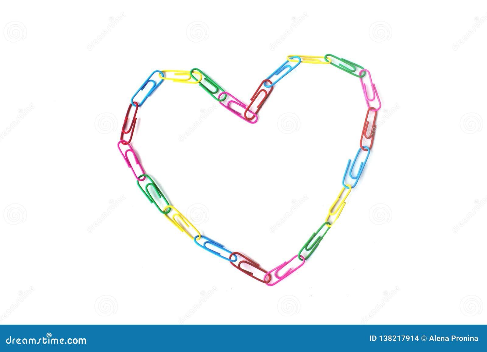 Μια ζωηρόχρωμη καρδιά από τα paperclips στο λευκό