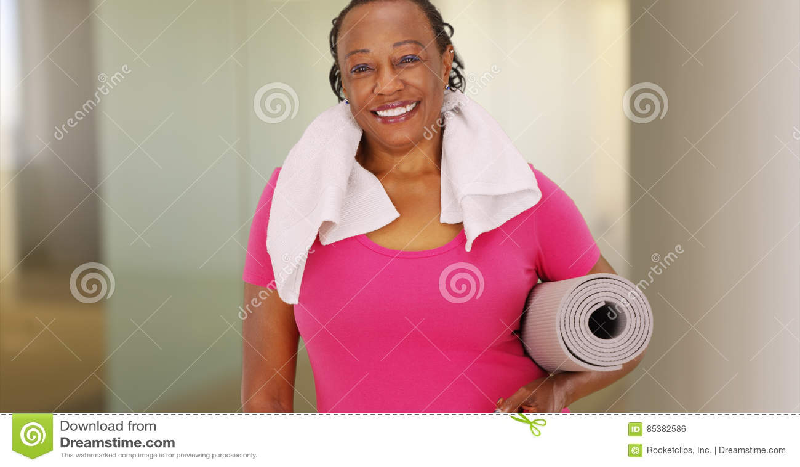 Μια ηλικιωμένη γυναίκα αφροαμερικάνων θέτει για ένα πορτρέτο μετά από το workout της
