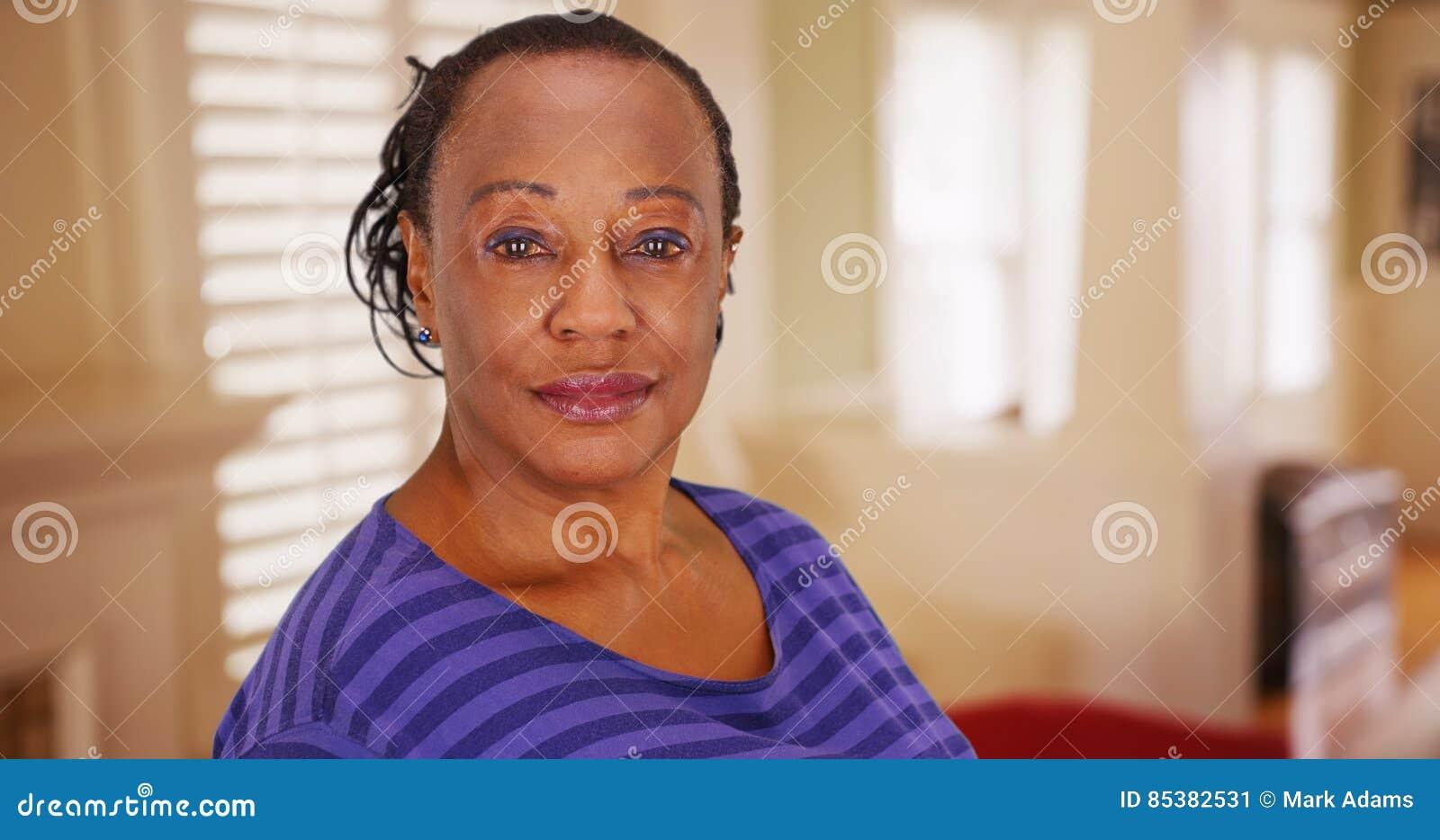 Μια ηλικιωμένη γυναίκα αφροαμερικάνων θέτει για ένα πορτρέτο στο σπίτι της