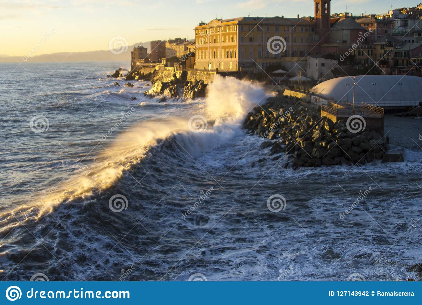 Μια θάλασσα strorm σε Γένοβα, Ιταλία το Δεκέμβριο του 2011