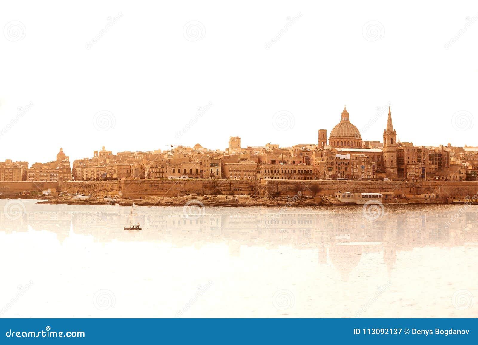 Μια καταπληκτική πανοραμική άποψη μιας αρχαίας πρωτεύουσας Valletta στη Μάλτα με την αντανάκλαση από το στο νερό