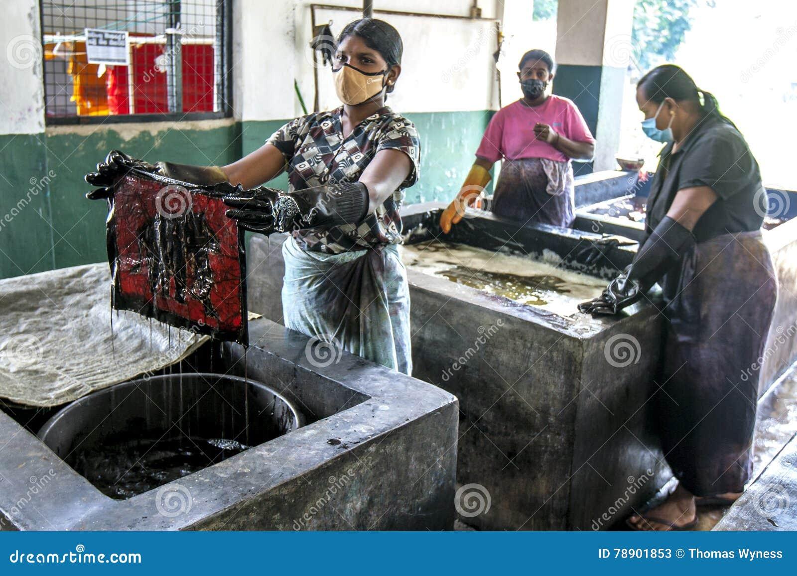 Μια κυρία που πεθαίνει ένα μπατίκ στο εργοστάσιο μπατίκ μπαμπάδων κοντά σε Matale στη Σρι Λάνκα