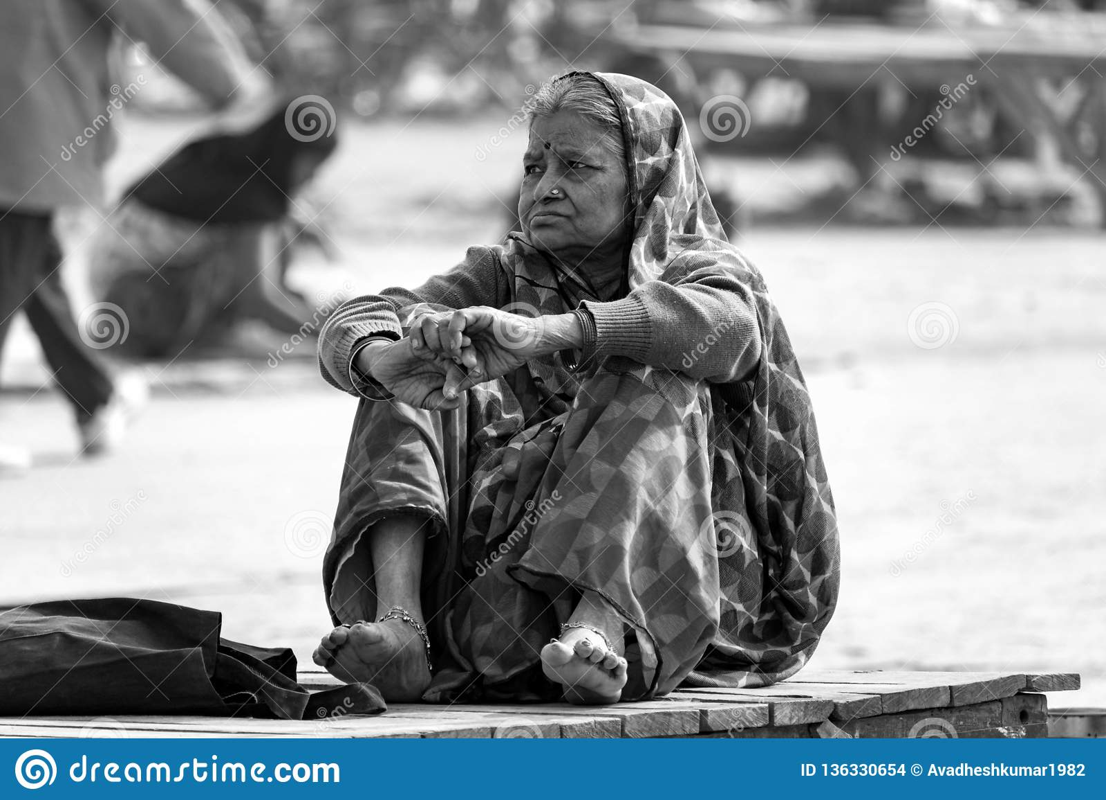 Μια κυρία που σκέφτεται στο ghaat