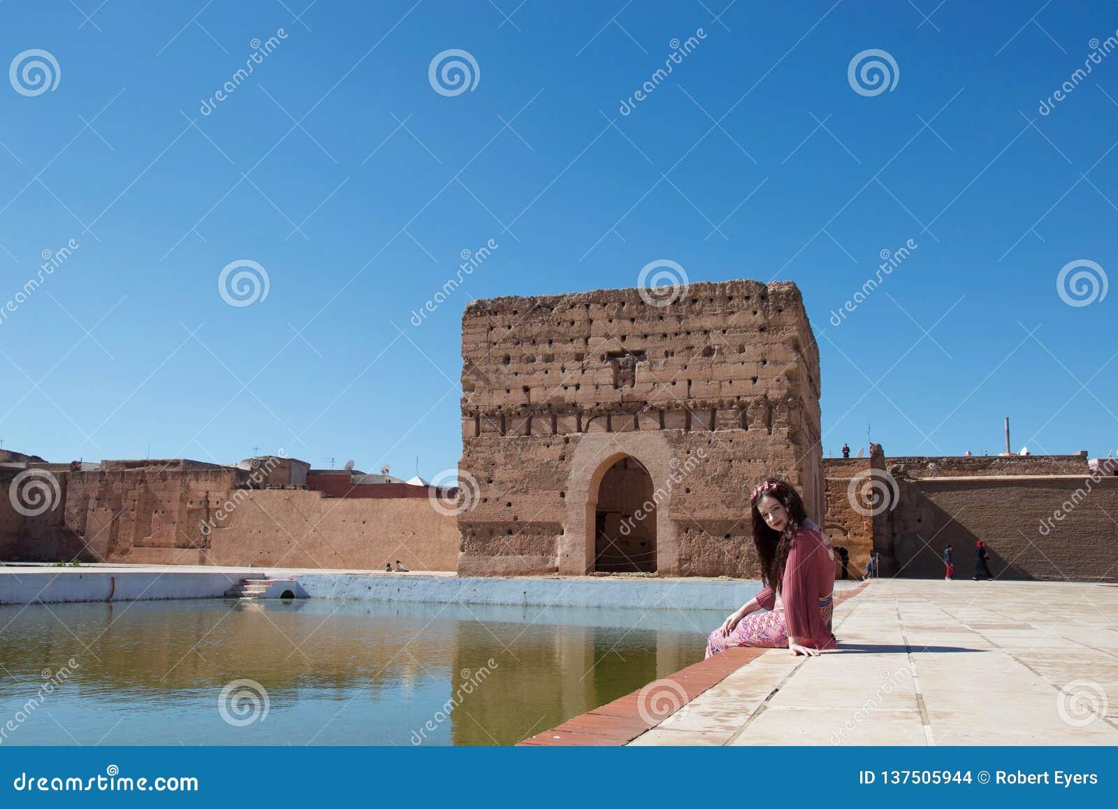Μια κυρία που χαμογελά από μια λίμνη στο Μαρόκο