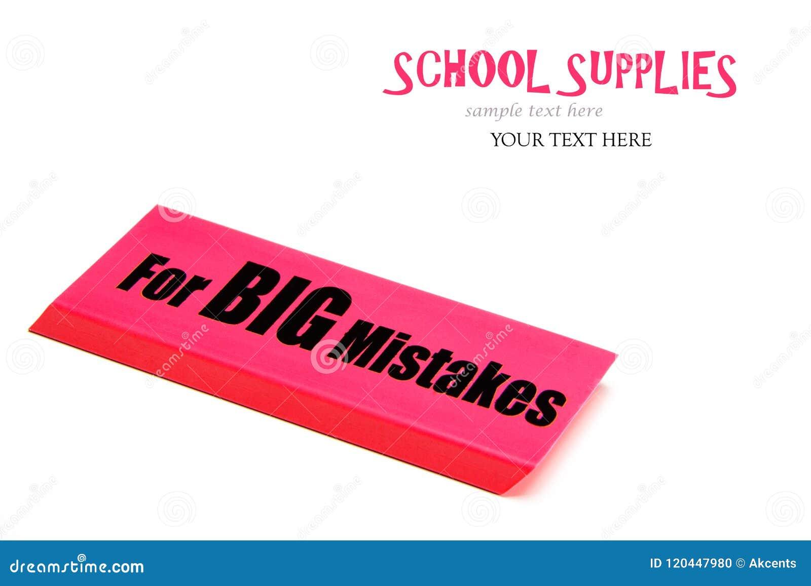 Μια μεγάλη κόκκινη γόμα με το μήνυμα για τα μεγάλα λάθη στενές σχολικές προμήθειες μοιρογνωμόνιων πυξίδων επάνω