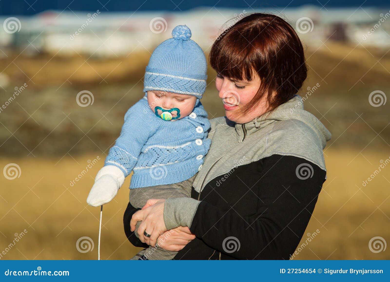 Μια μητέρα που κρατά το παιδί της.