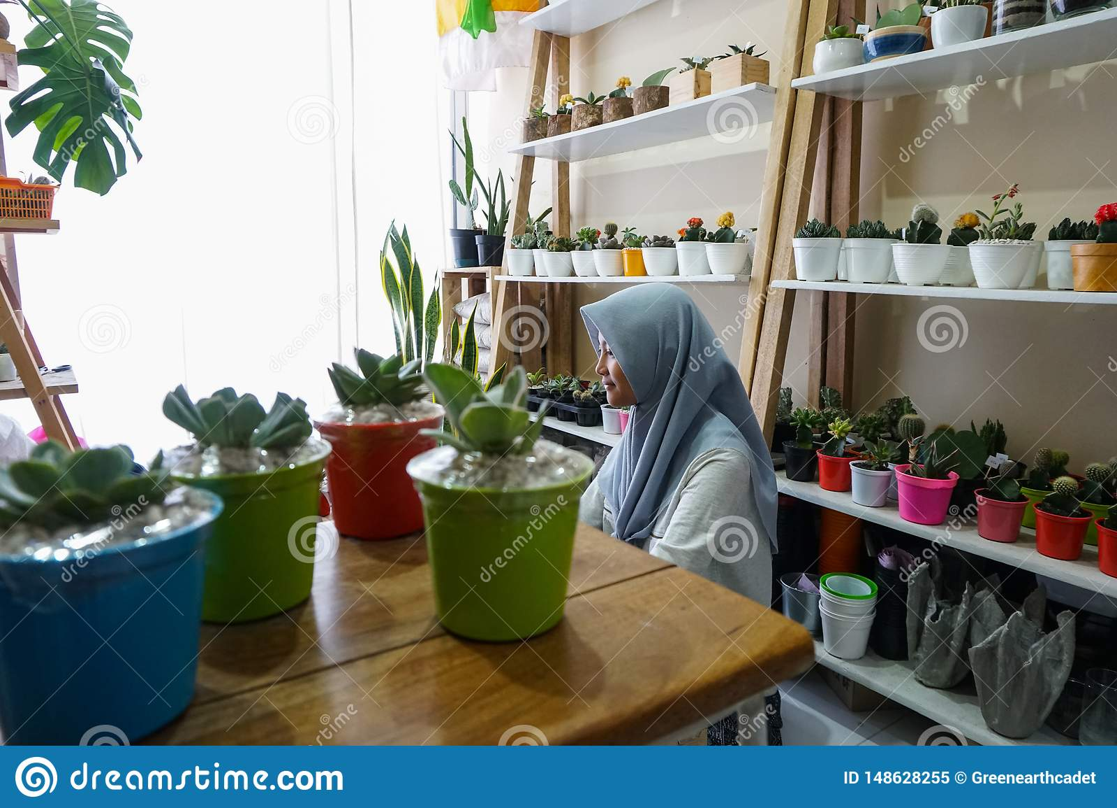 Μια μουσουλμανική επιχειρηματίας πωλεί τις succulent εγκαταστάσεις στο διαδίκτυο Διοργανώνει ένα καθαρό και άσπρο εργαστήριο Υπάρ