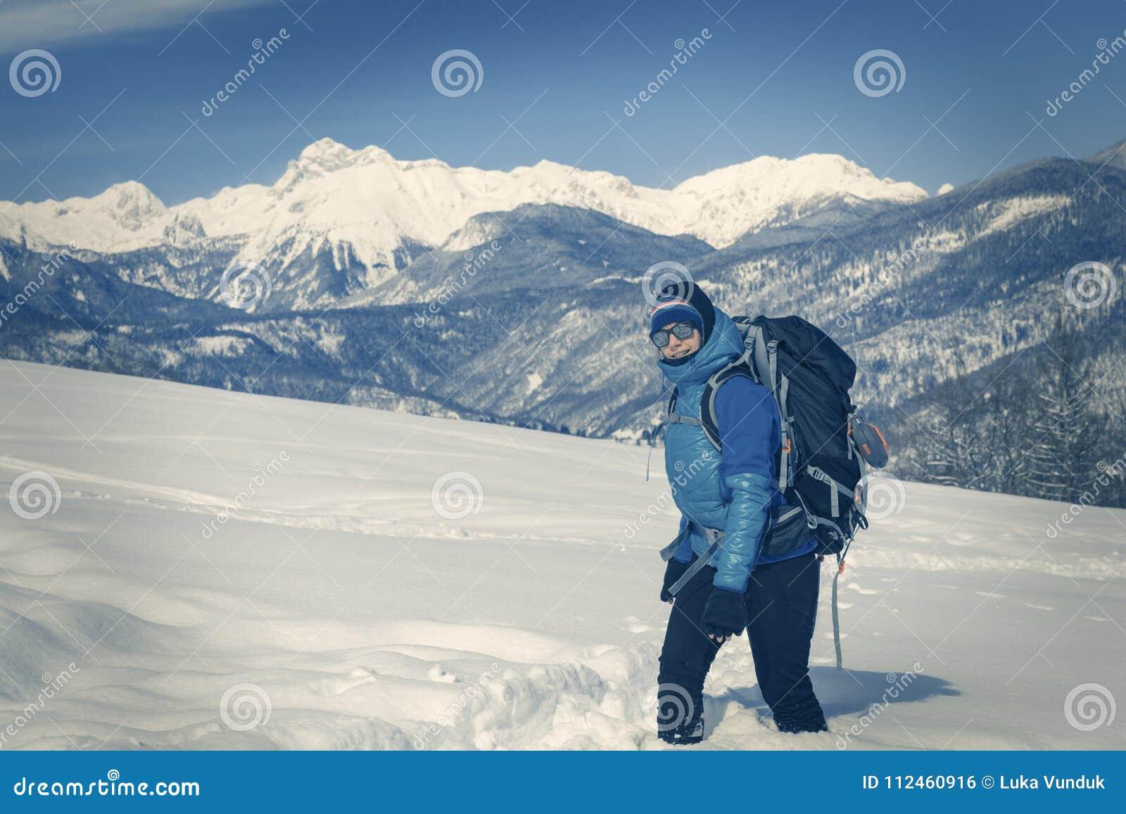 Μια οδοιπορία οδοιπόρων στο χειμερινό τοπίο