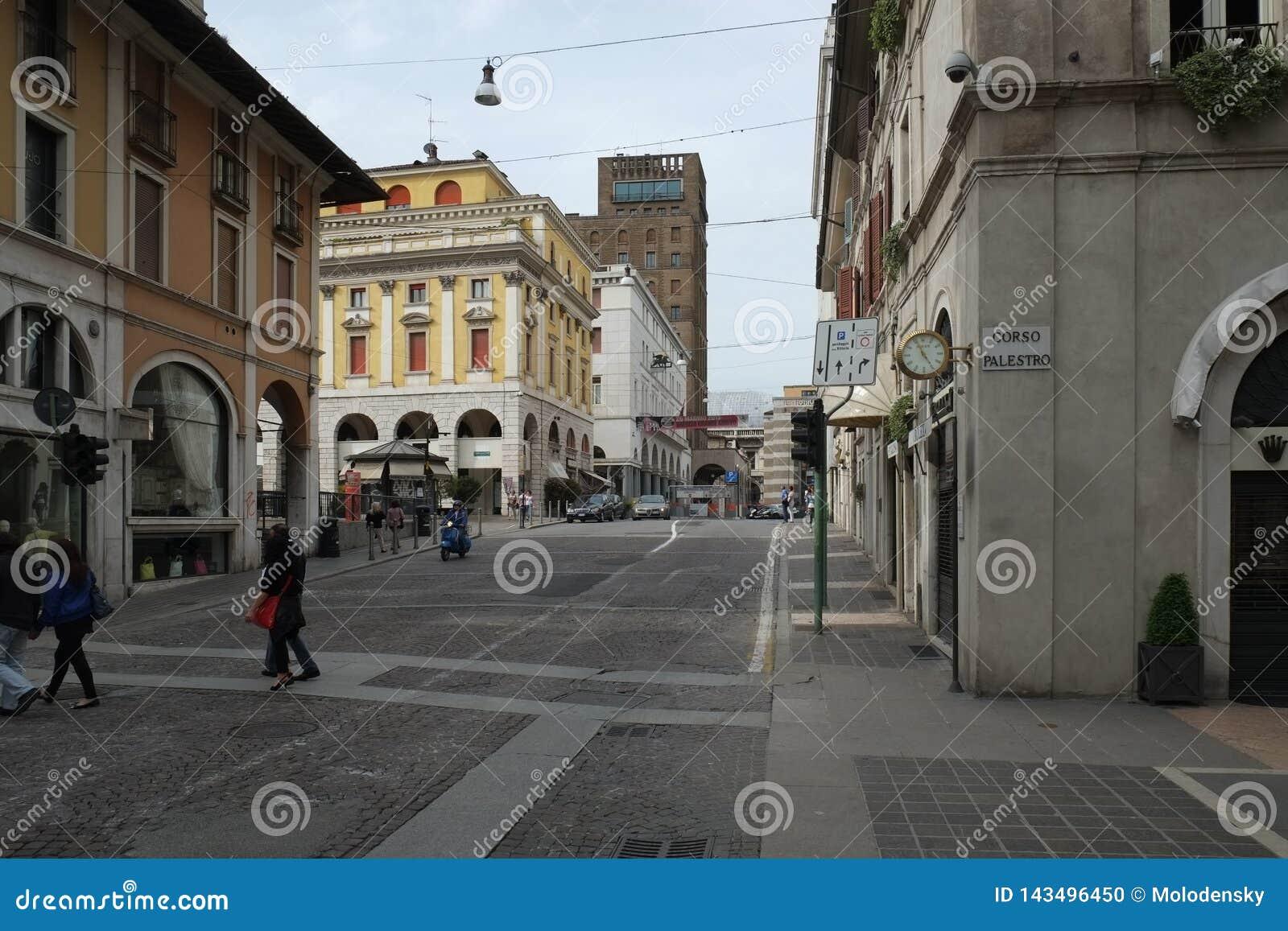 Μια οδός στο κέντρο πόλεων του Brescia με τα μικρούς καταστήματα και τον καφέ