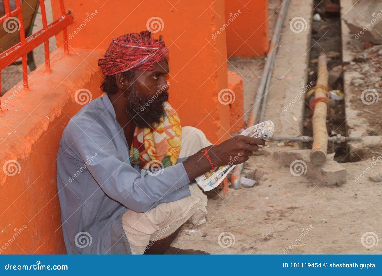 Μια παλαιά ανάγνωση ατόμων pepar στο allahabad Ινδία