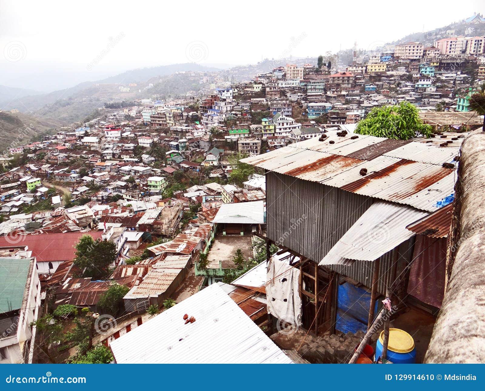 Μια πανοραμική άποψη της πόλης λόφων Kohima