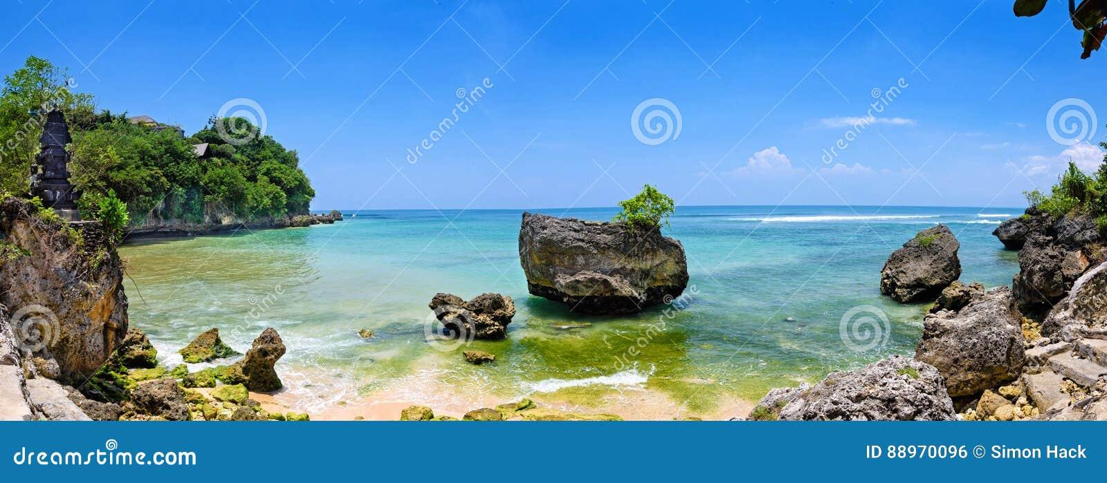 Μια πανοραμική της μεγάλης οθόνης άποψη της παραλίας padang padang στο Μπαλί