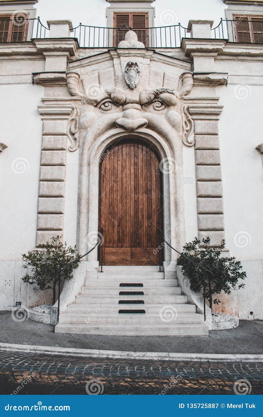 Μια παράξενη πόρτα coni με ένα πρόσωπο