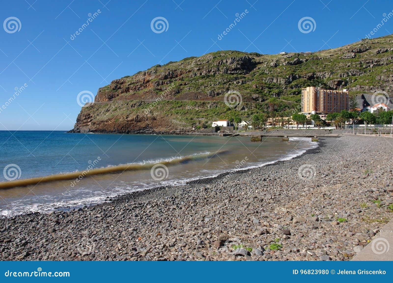 Μια παραλία και μια άποψη χαλικιών στο ξενοδοχείο DOM Pedro Baia στο νησί της Μαδέρας