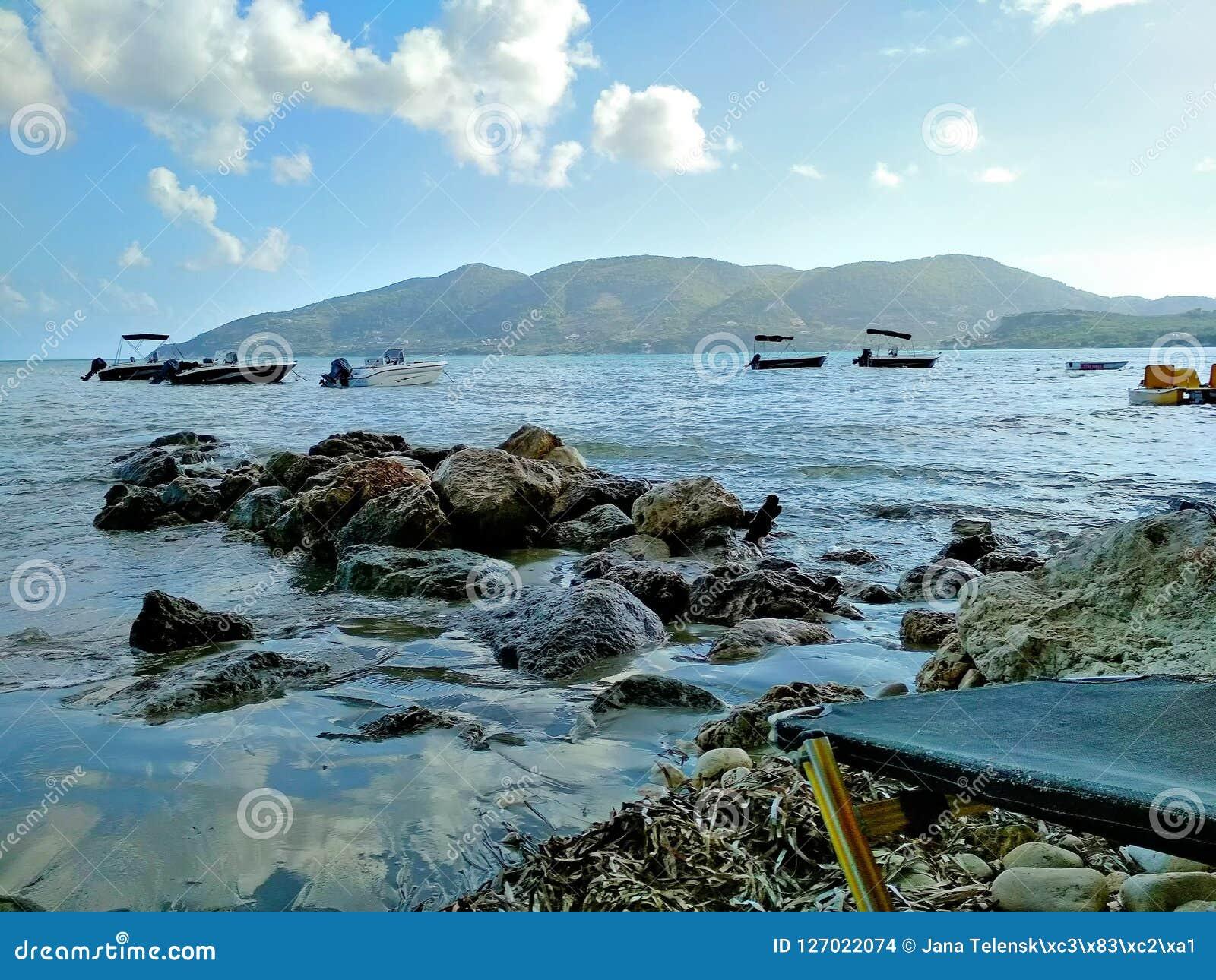Μια πετρώδης παραλία θαλασσίως στο νησί Ζάκυνθος