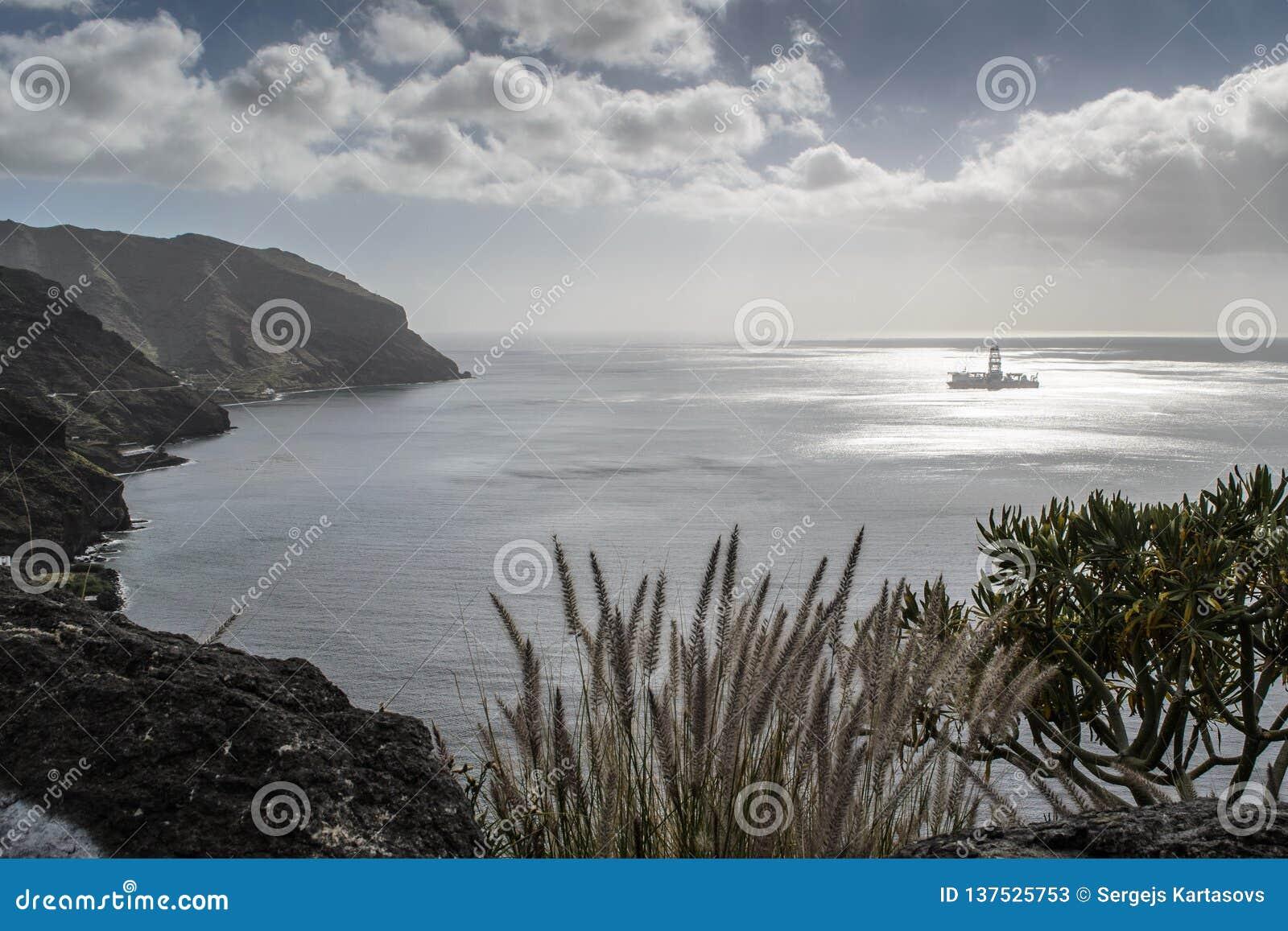 Μια πλατφόρμα άντλησης πετρελαίου κοντά στην ακτή στα teresitas Las