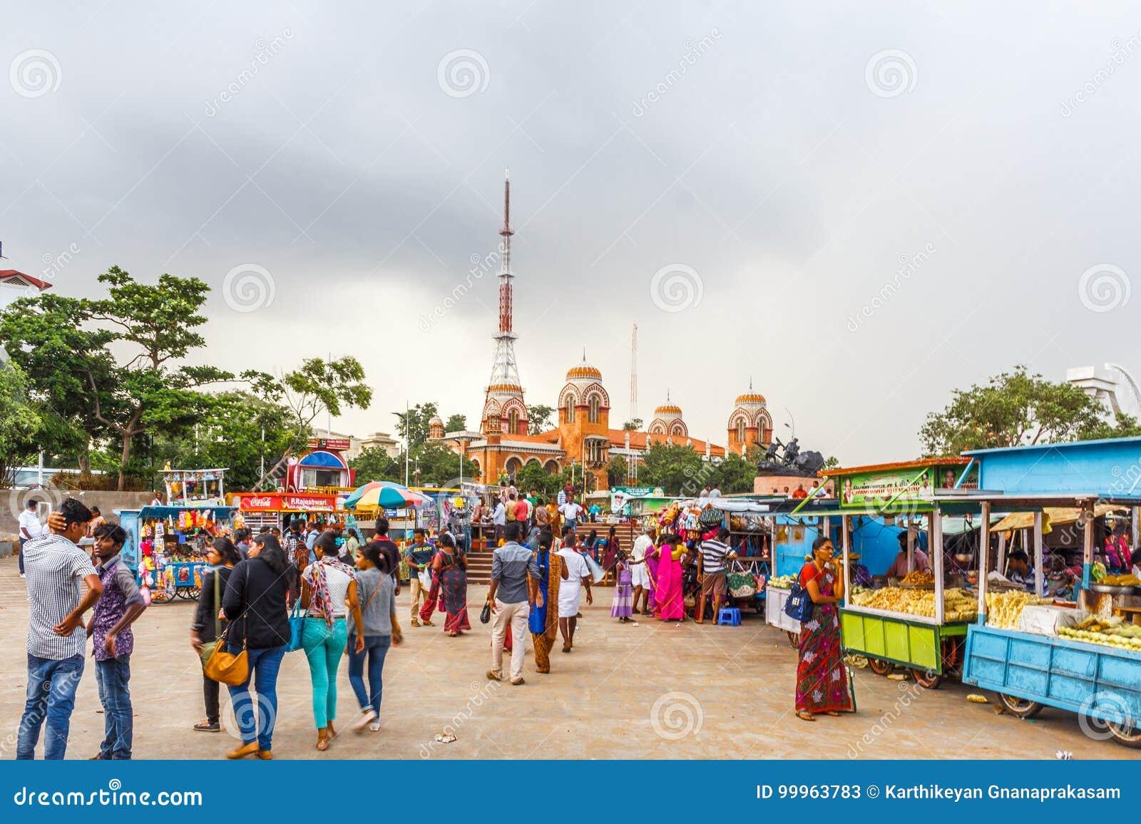 Μια σκηνή σε ένα κατάστημα puri bhel ή στάβλος στην παραλία μαρινών με το σκοτεινό ουρανό στο υπόβαθρο, Chennai, Ινδία στις 19 Αυ