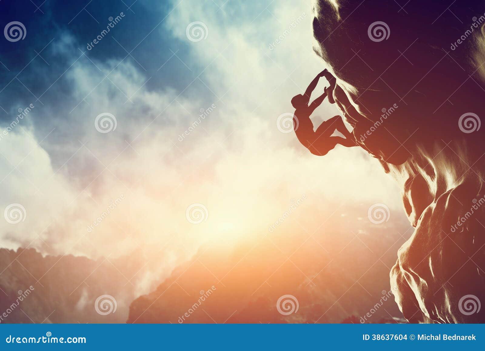 Μια σκιαγραφία του ατόμου που αναρριχείται στο βράχο, βουνό