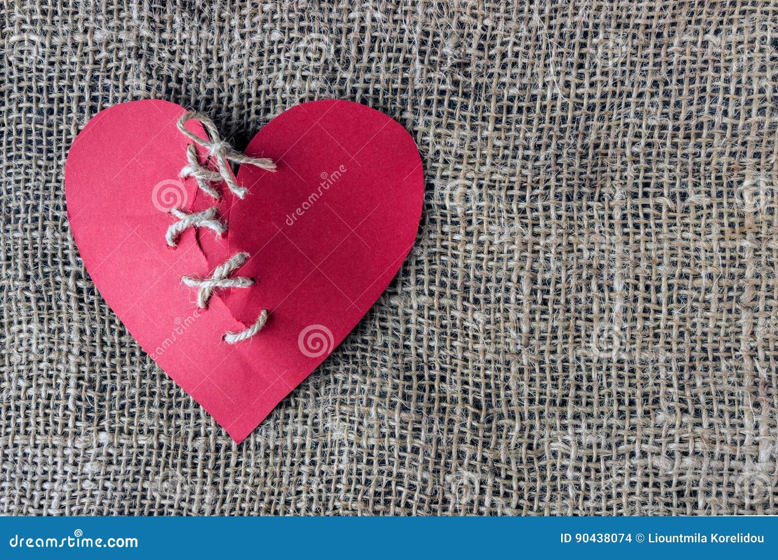 Μια σπασμένη κόκκινη καρδιά Ραμμένο νήμα Η έννοια του διαζυγίου, separat
