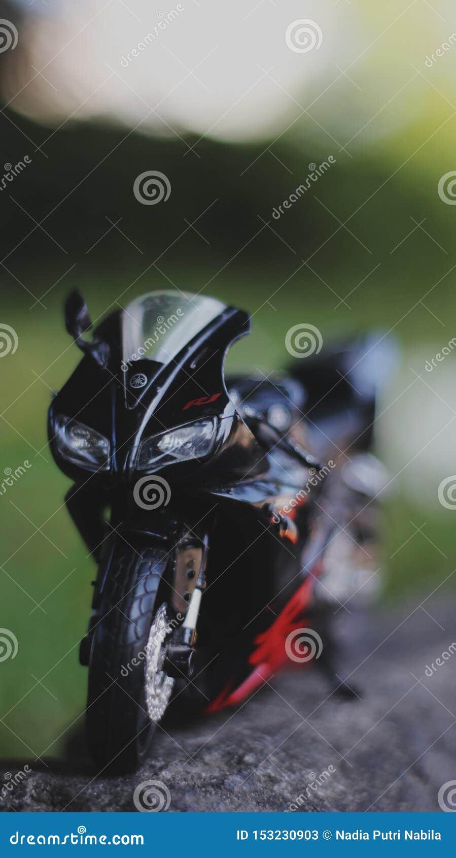 Μια στενή επάνω φωτογραφία μικροσκοπικού υπαίθριου μοτοσικλετών
