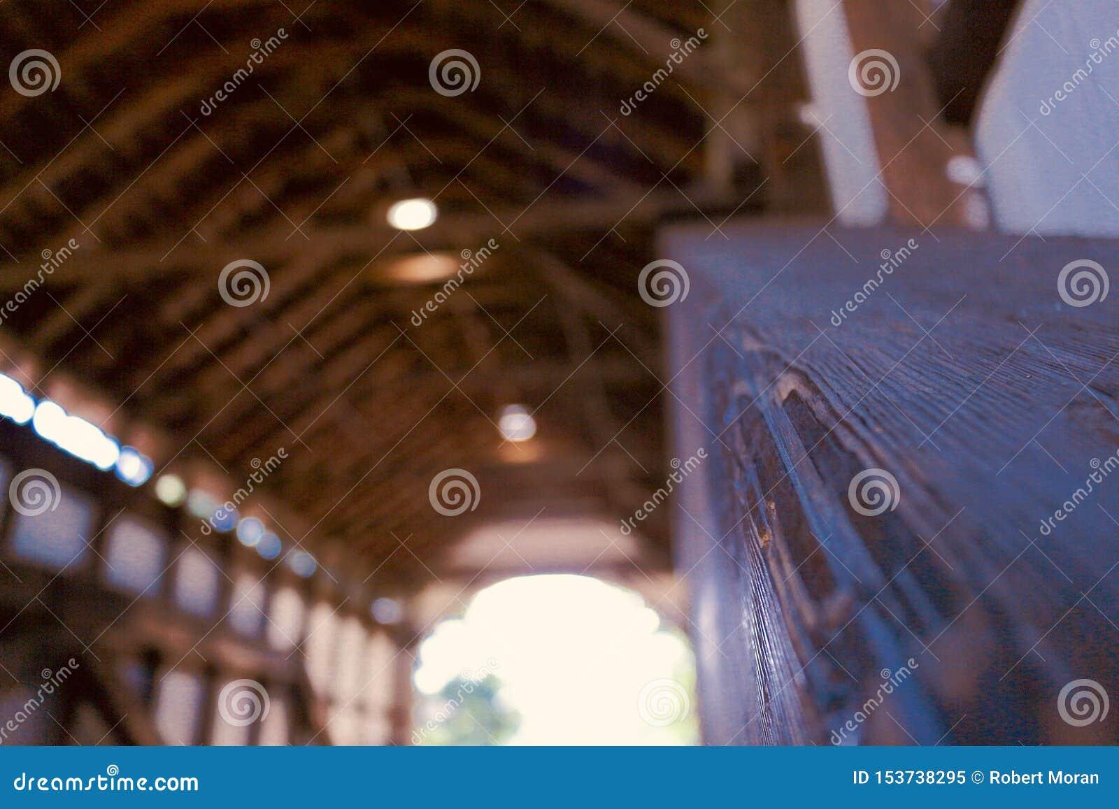 Μια υπέροχα κατασκευασμένη ξύλινη γέφυρα
