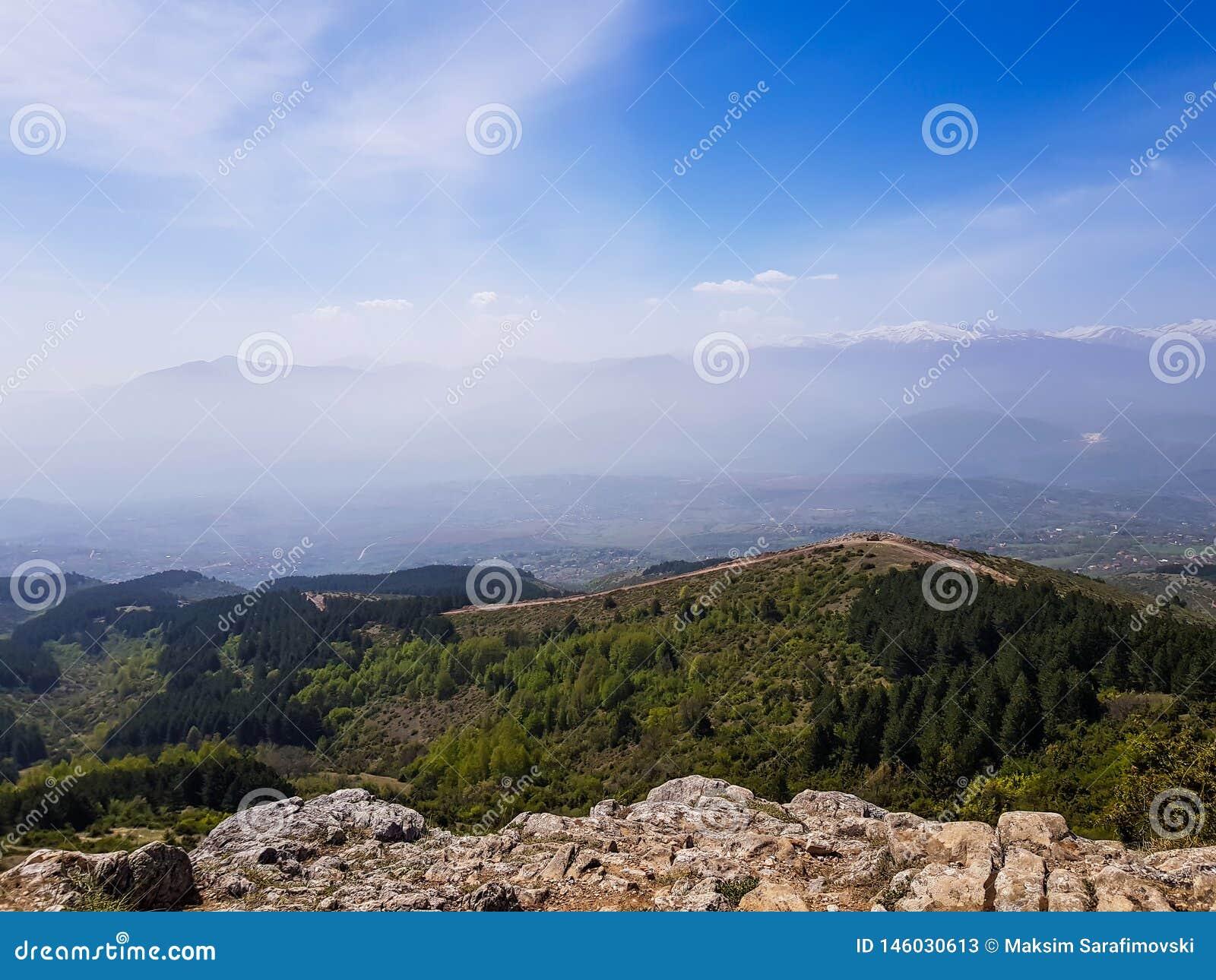 Μια φωτογραφία της σκιαγραφίας βουνών με την ομίχλη