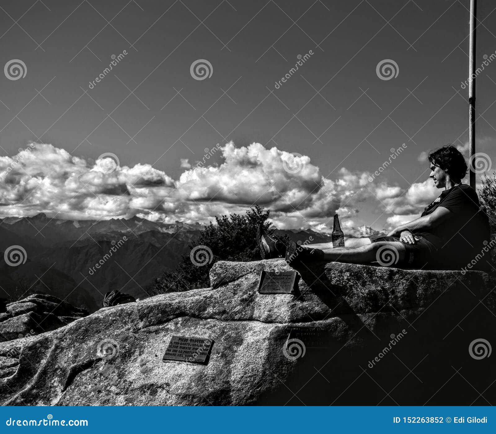 Μια χαλαρώνοντας στιγμή στην κορυφή του βουνού Briasco που τοποθετείται στο northem της Ιταλίας