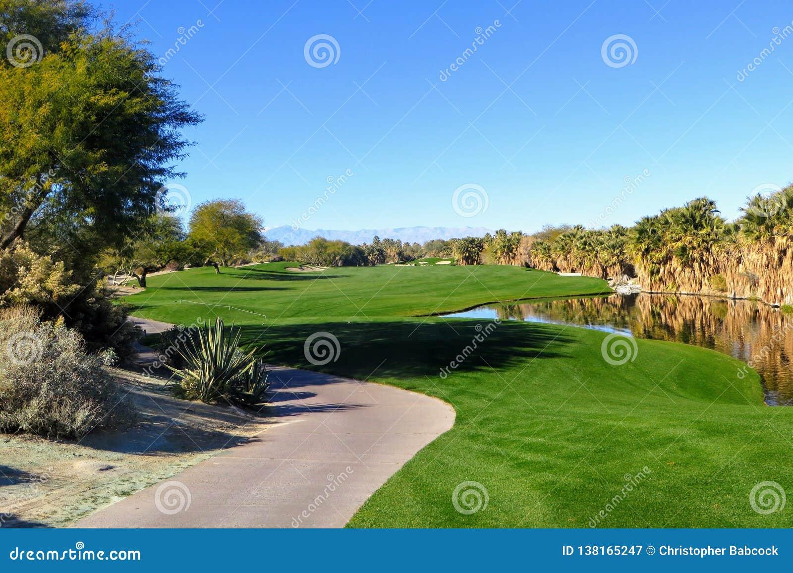 Μια όμορφη άποψη μιας ισοτιμίας 5 με την έρημο που περιβάλλει την τρύπα καθώς επίσης και μια λίμνη Το γήπεδο του γκολφ είναι στο
