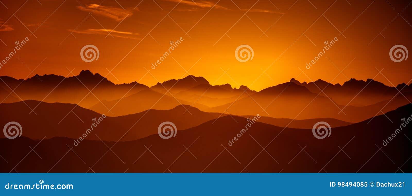 Μια όμορφη άποψη προοπτικής επάνω από τα βουνά με μια κλίση