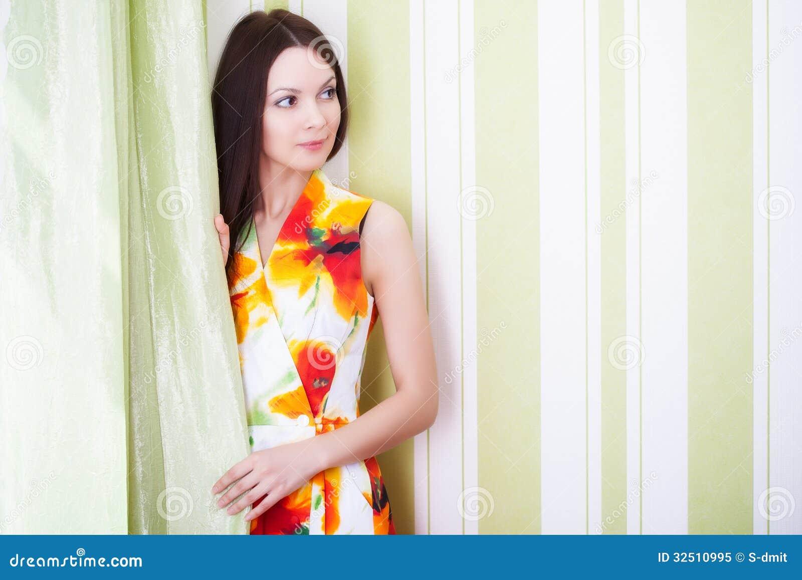 Μια όμορφη γυναίκα θέτει