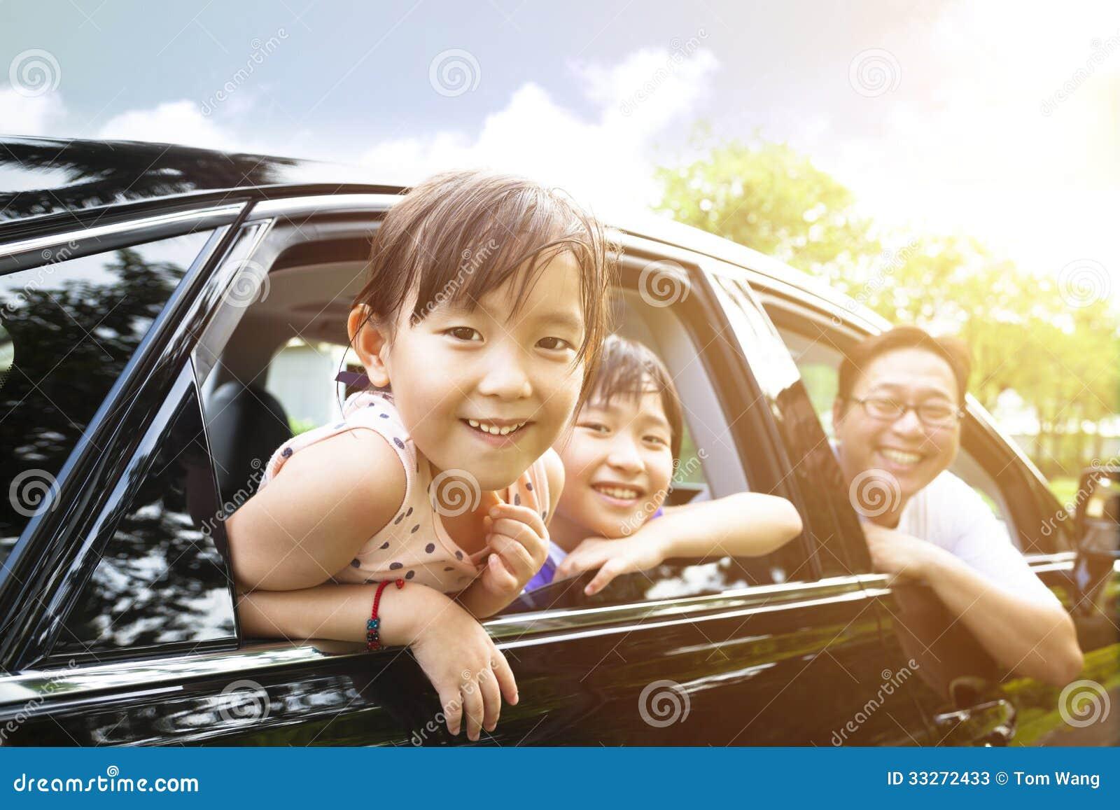 μικρά κορίτσια με την οικογενειακή συνεδρίαση στο αυτοκίνητο